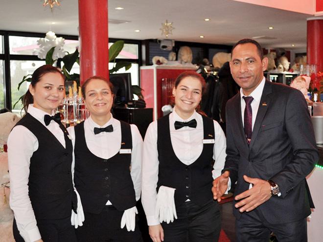 AYMANDO PERSONALDIENSTLEISTUNGEN - Geschäftsführer Ayman Elbetar mit Damen vom Servicepersonal