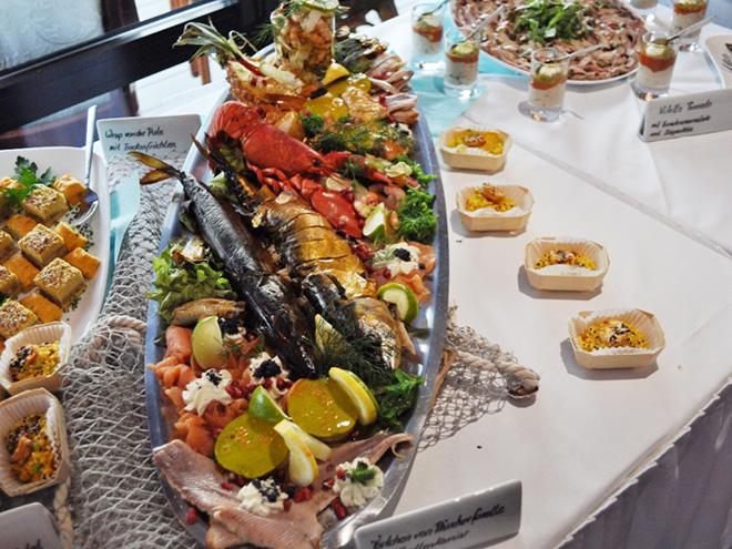 AYMANDO PERSONALDIENSTLEISTUNGEN - festlich gedecktes Buffett mit großer Auswahl an Speisen