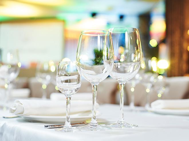AYMANDO PERSONALDIENSTLEISTUNGEN - Gläser und Teller auf gedecktem Tisch