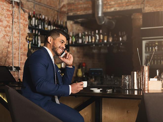 AYMANDO Personaldienstleistungen - Geschäftsmann an der Bar mit Espresso