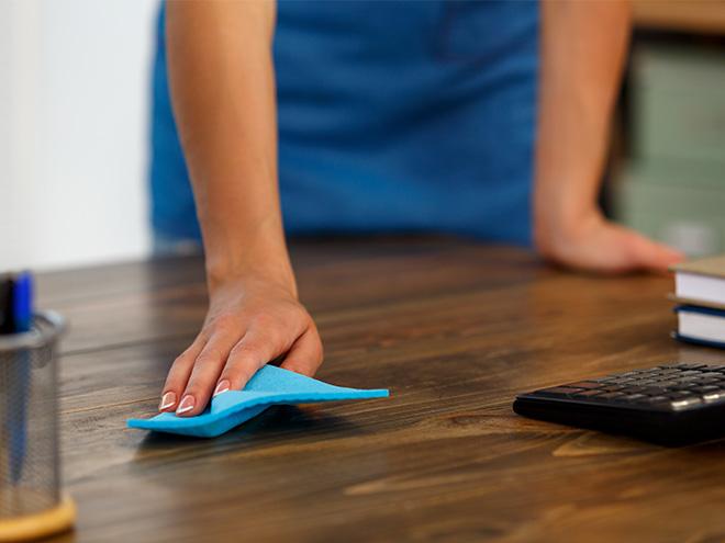 AYMANDO PERSONALDIENSTLEISTUNGEN - Reinigungspersonal beim Tischereinigen